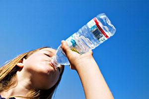 شادابی پوست از نکات کلیدی در نوشیدن آب معدنی و فواید آن است